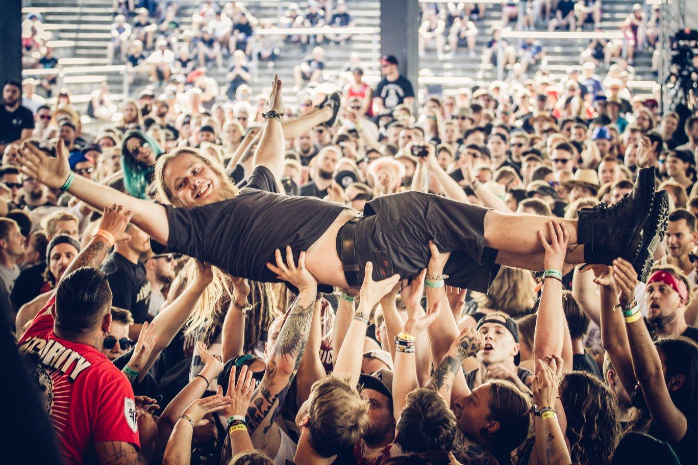 crowdsurfen at full force festival